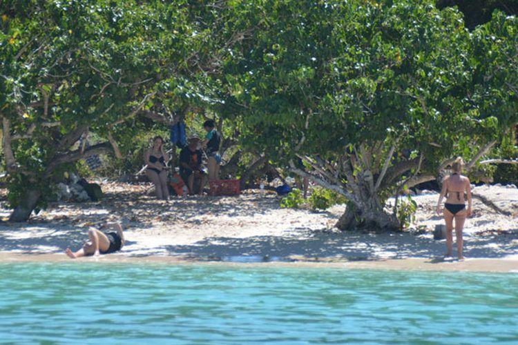 Turis mancanegara sedang berjemur di bawah terik matahari di Pink Beach, Labuan Bajo, dalam kawasan Taman Nasional Komodo, Manggarai Barat, Flores, Nusa Tenggara Timur, Rabu (10/5/2017). Turis sangat suka dengan keunikan pantai berpasir merah muda di kawasan itu.