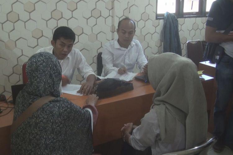 Dua orang ibu-ibu melapor ke penyidik Satreksrim Polres Prabumulih karena menjadi korban dugaan aksi penipuan bertajuk investasi modal dan arisan online yang dilakukan oleh pelaku SSD yang saat ini sudah kabur dari rumahnya