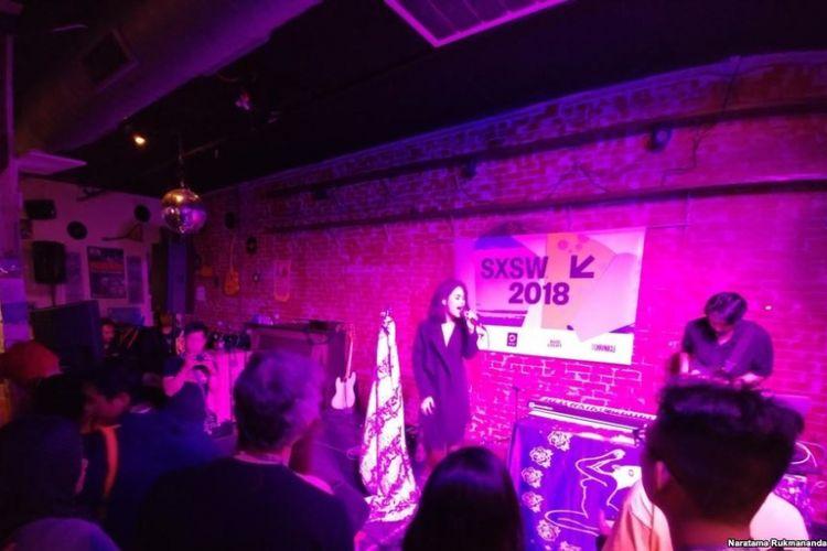 Kimokal--dengan formasii penyanyi Kallula Harsynta Esterlita dan gitaris Arvin Fajar, karena pemain keybiard Kimo Rizky absen--tampil di Russian House, Austin, Texas, AS, 17 Maret 2018 waktu setempat, dalam 2018 SXSW Festivals