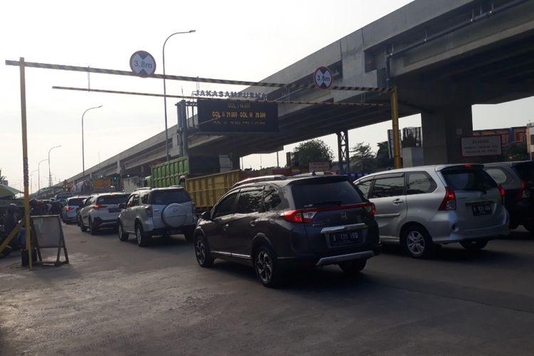 Arus lalu lintas padat merayap di Jalan Sisi Selatan Kalimalang, Kota Bekasi akibat rekayasa lalu lintas, Selasa (9/10/2018).