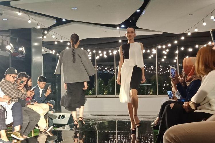 Busana ala musim panas dari dua label di Plaza Indonesia, Jolie Clothing dan Ciel pada trunk show di Plaza Indonesia, Jumat (13/7/2018). Fashion stylist Kesya Moedjenan berperan memadukan gaya berbusana pada acara kali ini.