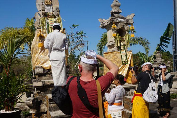 Upacara adat Bali di Pura yang berada di lingkungan Renaissance Bali Uluwatu Resort & Spa, Selasa (5/6/2018).