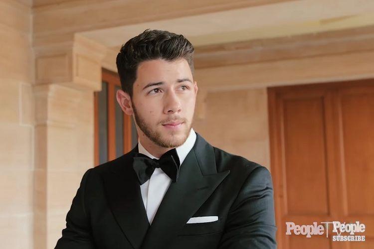 Nick Jonas mengenakan tuxedo hitam saat hari pernikahanya, Sabtu (1/12/2018).