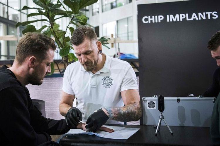 Cara menanam microchip di tubuh dengan suntikan.