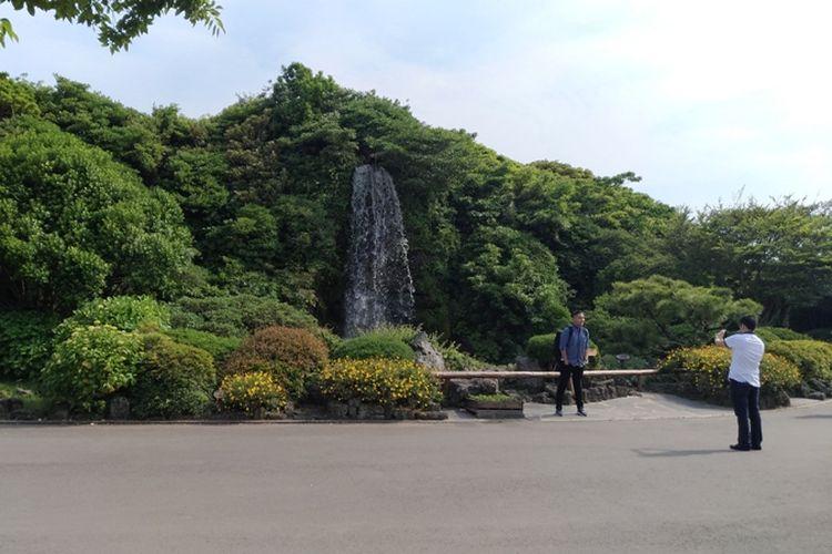 Gwangjang Waterfall menjadi salah satu spot berfoto favorit pengunjung Jeju Folk Village. Foto diambil 30 Mei 2017.