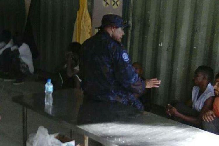 Polisi PNG tengah memberi pengarahan kepada para penghuni kamp pengungsi Pulau Manus.