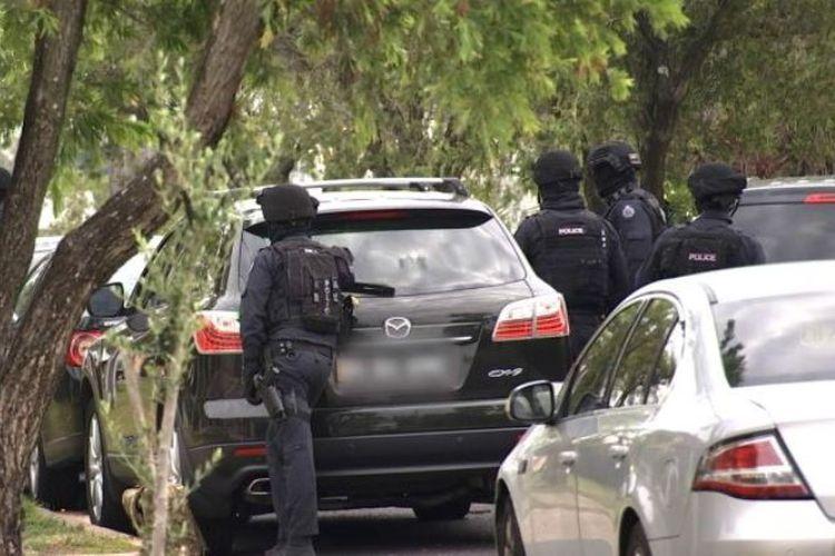 Polisi mengepung sebuah rumah di daerah Mount Lewis dan menangkap seorang pria dengan tuduhan terorisme, Selasa (19/12/2017). (AFP via Australia Plus)