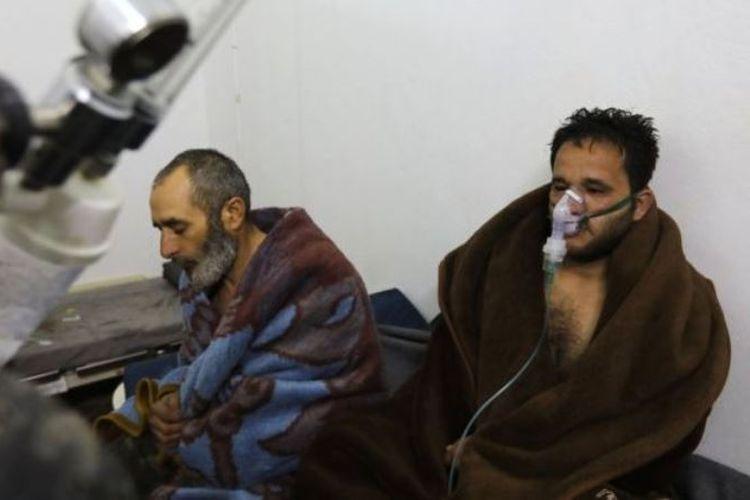 Penduduk Saraqeb, Idlib, yang dilaporkan mengalami kesulitan bernafas mendapat perawatan di sebuah rumah sakit darurat. (BBC Indonesia)