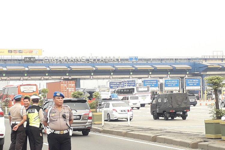 Arus mudik lembaran arah Cikampek melalui pintu tol Cikarang Utama 1 berjalan lancar seperti yang terjadi pada Minggu (10/6/2018).