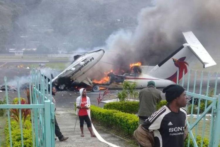 Pendukung yang marah dari kandidat yang kalah membakar pesawat penumpang di Dataran Tinggi Papua Nugini. (ABC News)