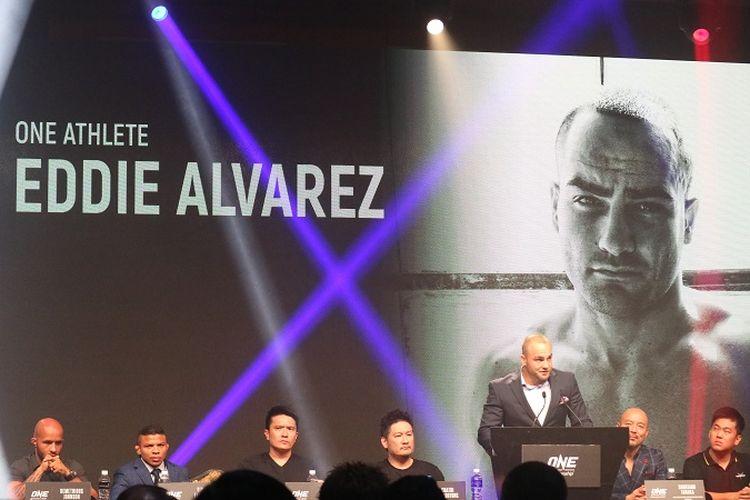 Atlet MMA, Eddie Alvarez, saat sesi konferensi pers di Convention Hall Marina Bay Sands, Singapura, Rabu (7/11/2018).