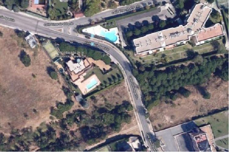 Kantor kedutaan besar Korea Utara lengkap dengan kolam renang di kota Madrid, Spanyol.