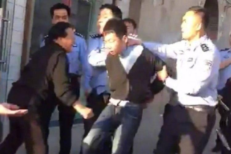 Tersangka pelaku penyerangan yang berusia 28 tahun ditahan polisi setelah menyerang anak-anak sekolah.