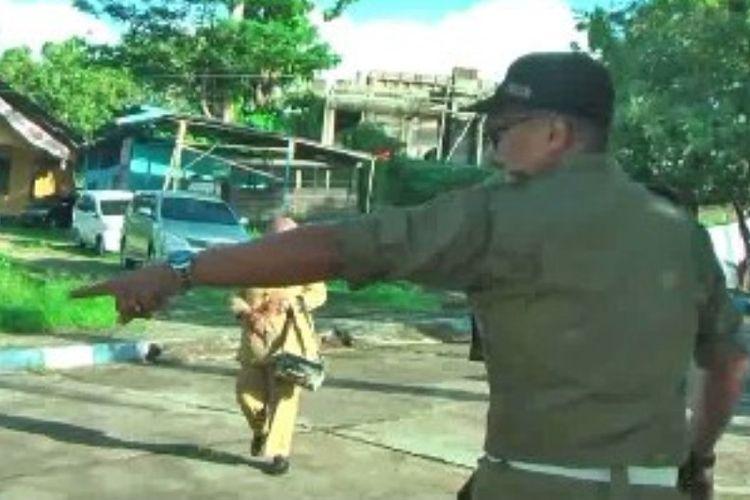 Puluhan aparatur sipil negara (ASN) di lingkup pemerintahan Kabupaten Mamuju, Sulawesi Barat, yang tidak masuk kerja pada hari pertama pasca-cuti Lebaran bakal menerima sanksi pemotongan gaji 20 persen hingga seluruhnya.