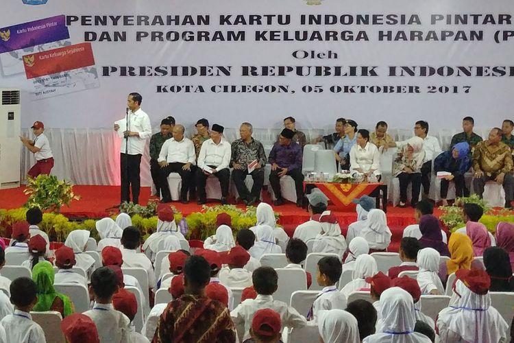 Presiden Joko Widodo melihat jurus macan kemayoran Novan Zumi Zola, saat membagikan Kartu Indonesia Pintar di Banten, Jumat (5/10/2017).