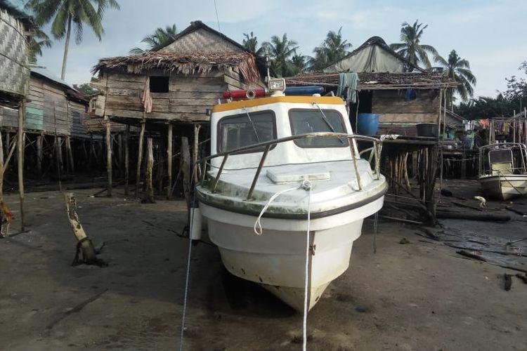 Kapal bekas yang akan diperbaiki sebagai kapal ambulance di Belitung.