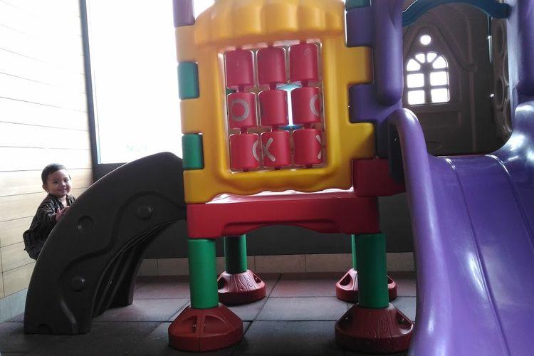 Ilustrasi anak di arena bermain