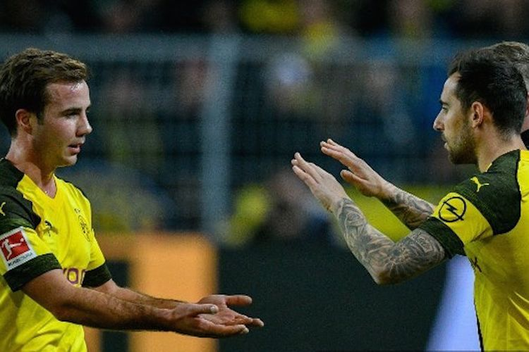 Mario Goetze menyalami Paco Alcacer seusai mencetak gol pada laga Borussia Dortmund vs Freiburg di Stadion Signal Iduna Park, 1 Desember 2018.