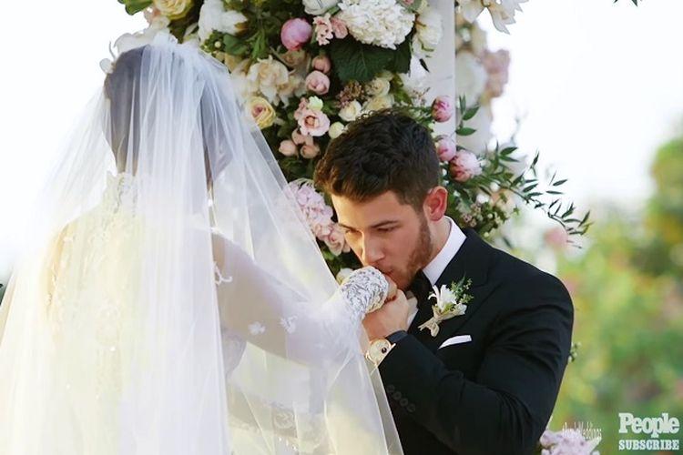 Nick Jonas mencium tangan Priyanka Chopra di altar.