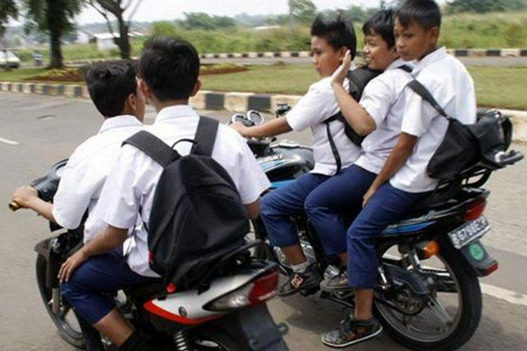 Ilustrasi pengendara motor anak-anak atau usia dini