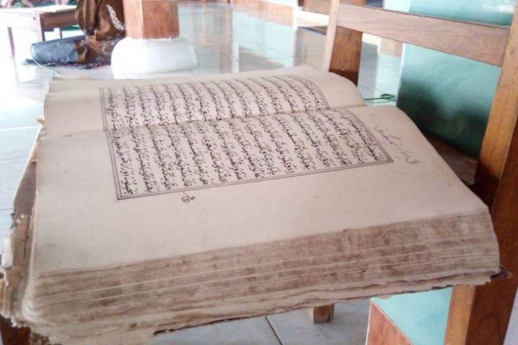 Kitab Blawong atau Al Quran tulisan tangan Simbah Jamaludin, salah satu peninggalan kuno di Masjid Attaqwa Desa Gogodalem. Kitab suci bersampul kulit ini dibuka dan dibaca setiap tanggal 20 Syaban.