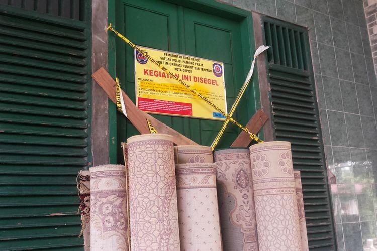 Papan segel yang dipasang di pintu masuk Masjid Al Hidayah di Jalan Muchtar Raya, Sawangan, Depok, Senin (5/6/2017). Masjid Al Hidayah adalah masjid yang menjadi pusat kegiatan jemaah Ahmadiyah di Kota Depok. Untuk kesekian kalinya, masjid ini disegel oleh Pemerintah Kota Depok.