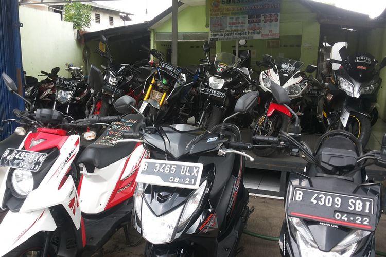 Deretan motor bekas yang dijual di diler mokas Sukses Motor, Pasar Rebo, Jakarta Timur, Rabu (31/1/2018).