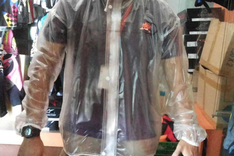 Jas hujan transparan yang dijual oleh produsen perlengkapan balap AHRS