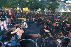 Para Demonstran di Bawaslu Buka Bersama Brimob