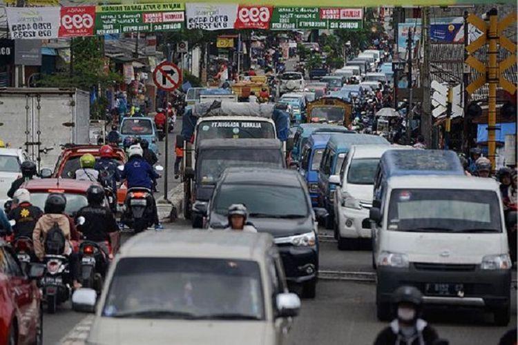 Kendaraan terjebak macet di Jalan Dewi Sartika, Depok, Rabu (26/4). Kemacetan lalu lintas menjadi salah satu masalah serius yang dihadapi Kota Depok pada usianya ke-18. Kepadatan lalu lintas tersebut imbas dari tumbuhnya permukiman, penduduk, dan kendaraan bermotor yang cukup pesat di kota ini.