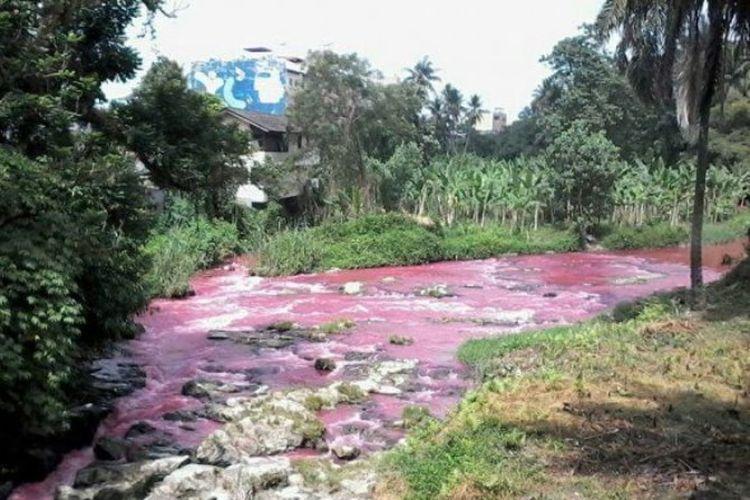 Aliran air Sungai Bah Bolon berubah warna merah darah di Siantar Selatan, Senin (7/8/2017).