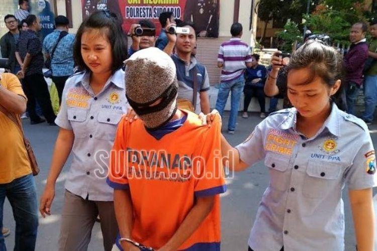 Sf, pria 49 tahun warga Tambak Kemekaran, Krian, Sidoarjo yang ditangkap karena menawarkan istrinya di media sosial.