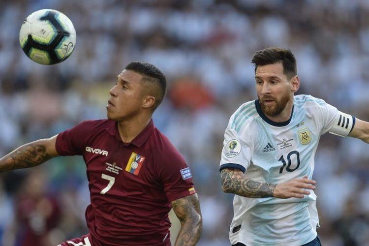 Darwin Machis berebutan bola dengan Lionel Messi pada pertandingan Venezuela vs Argentina dalam babak perempat final Copa America 2019 di Stadion Maracana, 28 Juni 2019.