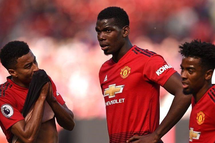 Jesse Lingard, Paul Pogba, dan Angel Gomes tampak kecewa dengan kekalahan timnya pada laga Manchester United vs Cardiff City di Stadion Old Trafford, 12 Mei 2019.