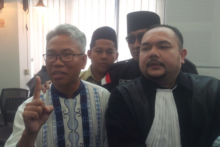 Buni Yani dan kuasa hukumnya Aldwin Rahadian.