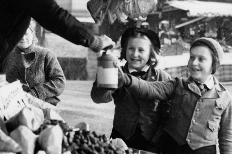 Organisasi pemuda Jerman mengumpulkan sumbangan untuk merayakan Natal pada pada bulan Desember 1938.