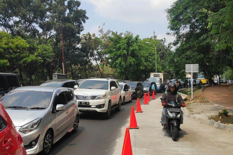 Akses menuju Universitas Indonesia macet pada hari pertama uji coba secure parking, Senin (15/7/2019).