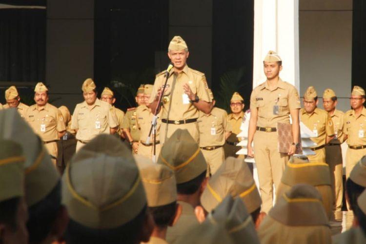 Gubernur Jateng Ganjar Pranowo memimpin apel pagi di halaman kantor Gubernur Jateng, Senin (7/1/2019).
