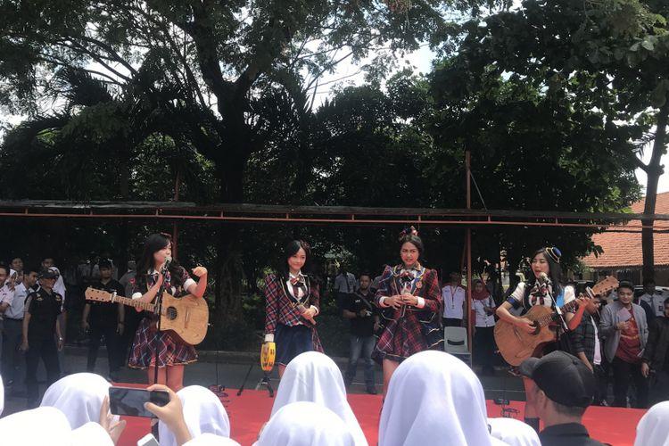 Tim akustik Girl Band, JKT 48 tampil menghibur warga SMAN 4 Tangsel, Senin ( 4/2/2019) Mereka didatangkan oleh Astra Honda Motor sebagai apresiasi atas kinerja Satpam Slamet Gunaedi dan banyaknya siswa yang menggunakan Honda Beat.