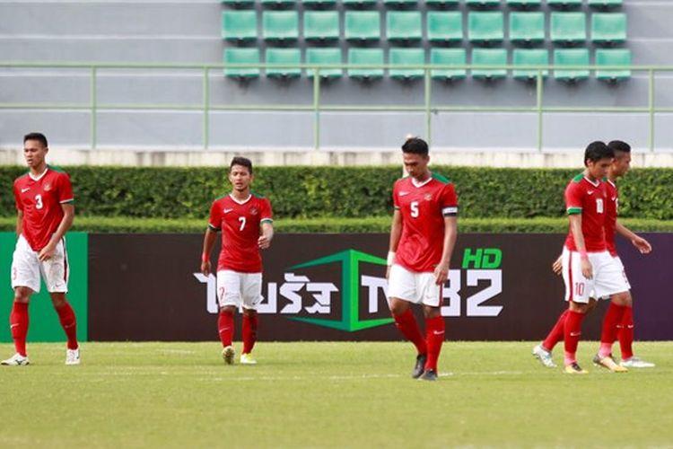 Ekspresi tim nasional Indonesia saat dikalahkan Malaysia pada Kualifikasi Piala Asia U-23 2018 di Bangkok pada Rabu (19/7/2017).