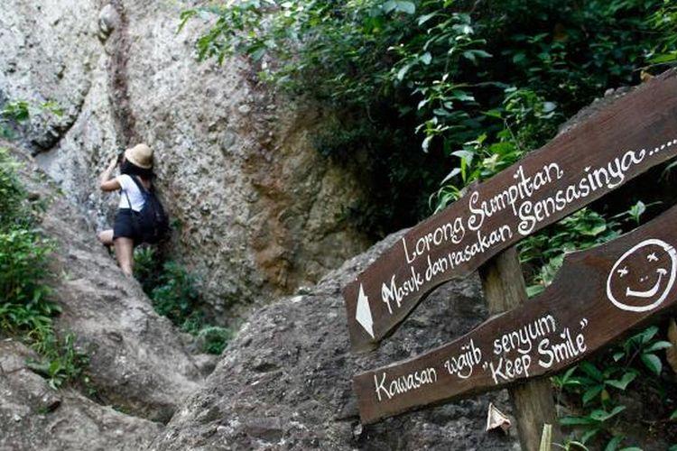 Salah satu tanjakan sempit yang harus dilewati pungunjung di kawasan wisata Gunung Api Purba Nglanggeran, Gunungkidul, DI Yogyakarta.