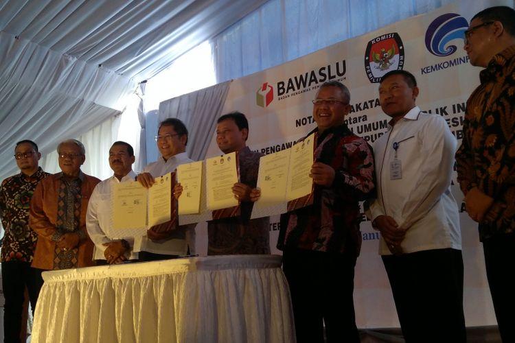 Badan Pengawas Pemilihan Umum RI (Bawaslu), Komisi Pemilihan Umum RI (KPU), dan Kementerian Komunikasi dan Informatika RI (Kemenkominfo) menandatangani kerja sama manajemen dan pengawasan konten internet dalam penyelenggaraan Pilkada Serentak 2018, Jakarta, Rabu (31/1/2018).