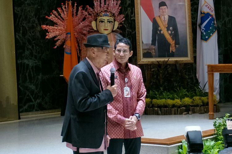 Pendiri Realestat Indonesia (REI) sekaligus pengusaha properti Ciputra dan Wakil Gubernur DKI Jakarta Sandiaga Uno dalam acara pengukuhan pengurus DPD REI Jakarta di Balai Kota DKI Jakarta, Kamis (18/1/2018).