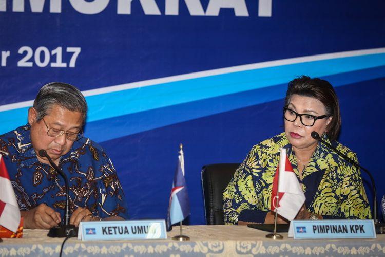 Ketua Umum Partai Demokrat Susilo Bambang Yudhoyono dan Wakil Ketua KPK Basaria Pandjaitan saat hadir di acara Diskusi Sistem Integritas Partai Politik di kantor DPP Partai Demokrat, di Menteng, Jakarta Pusat, Rabu (13/9/2017). Susilo Bambang Yudhoyono menyatakan, partainya menolak upaya pelemahan terhadap Komisi Pemberantasan Korupsi (KPK).