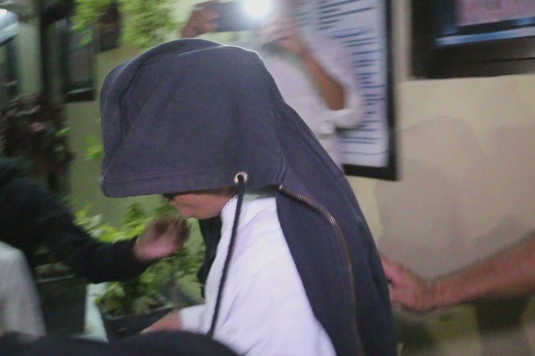 Tim gabungan membawa IAS dari ruang penyidikan ke dalam mobil minibus menuju Kantor Polda Jabar, Senin malam (13/5/2019). Proses penanganan kasus IAS pria yang membuat dan menyebar video adu domba TNI-Polri dilimpahkan ke Polda Jabar.