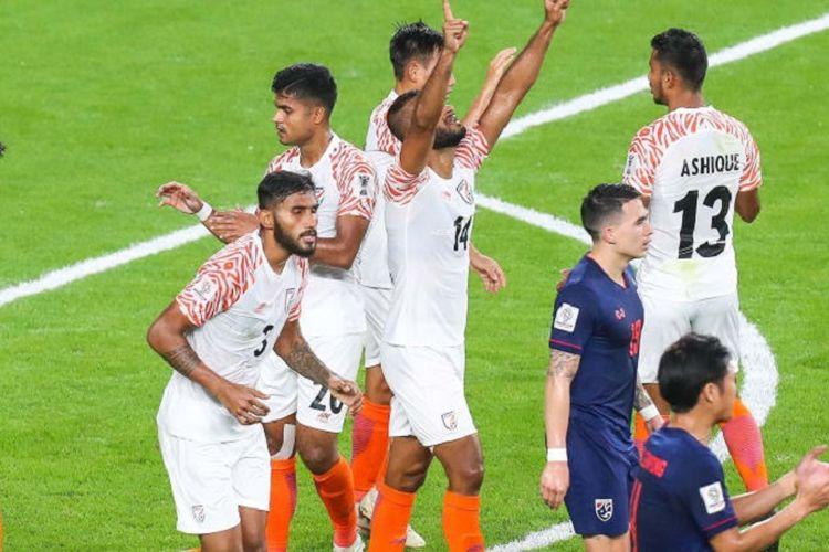 Para pemain Timnas India merayakan gol mereka ke gawang Timnas Thailand dalam pertandingan pertama Piala Asia 2019 di Abu Dhabi, 6 Januari 2019.
