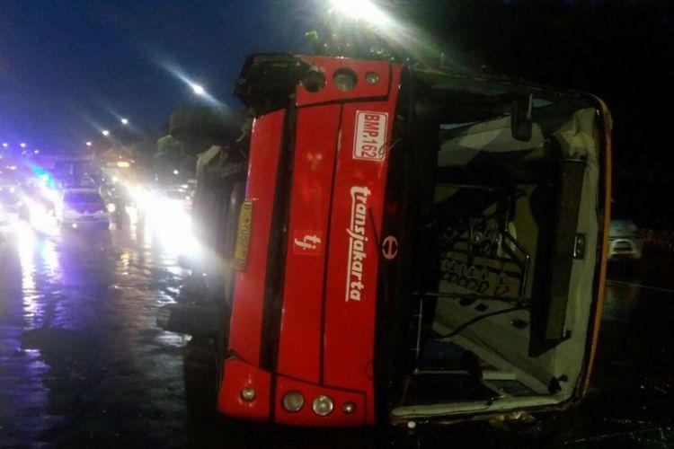 Satu unit transjakarta terguling di Jalan Mayjend Sutoyo arah Cawang, Jakarta Timur, Senin (9/4/2018) sekitar pukul 04.30 WIB.