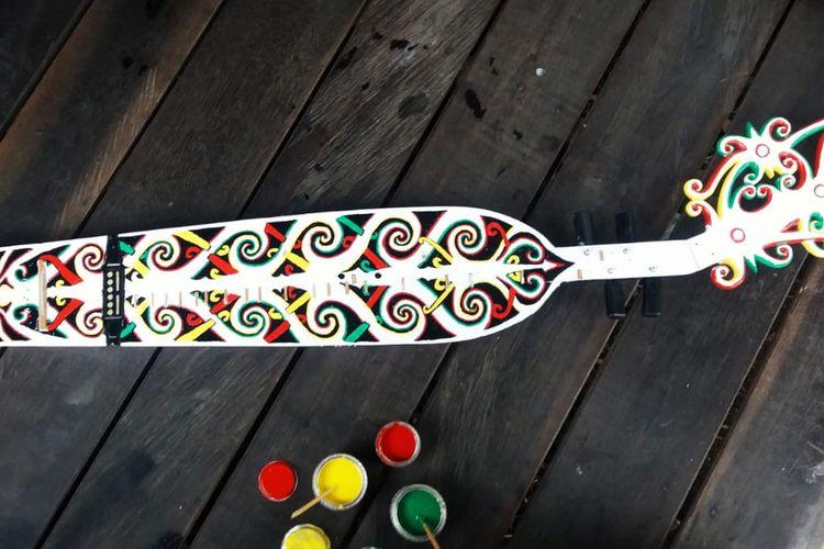 Berkenalan dengan Sapeq, Gitar Tradisional Suku Dayak yang Unik