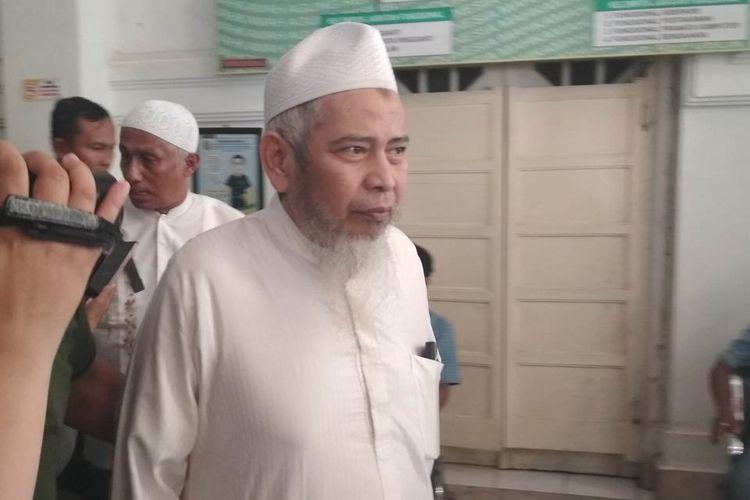 Eks Panglima Laskar Jihad Indonesia Jafar Umar Thalib saat hendak keluar dari Pengadilan Negeri Makassar usai divonis jalani hukuman 5 bulan penjara oleh majelis hakim Pengadilan Negeri Makassar, Selasa (16/7/2019).