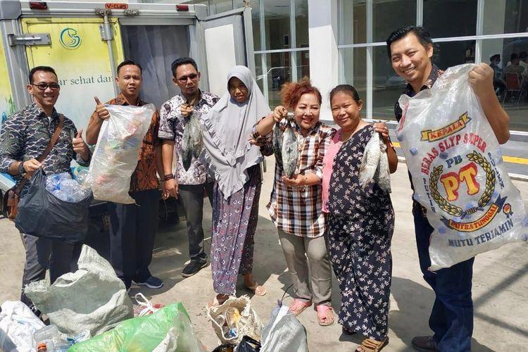 Perum Perindo mengadakan program penukaran sampah botol plastik dengan ikan di Pasar Ikan Modern (PIM) Muara Baru, Jakarta Utara, Selasa (23/4/2019).